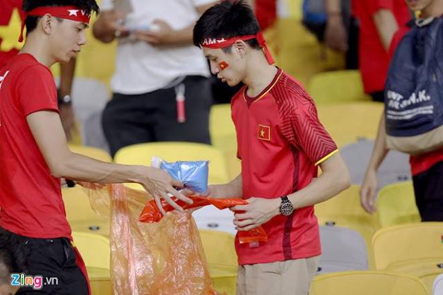Cổ động viên Việt Nam dọn rác ảnh 2