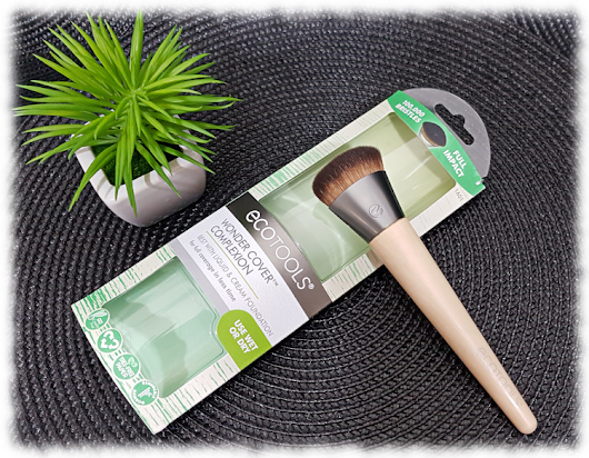 kats colourings: REVIEW: Ecotools Wonder Cover Complexion Brush...