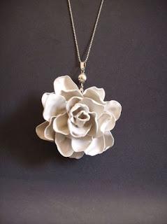 Flor hecha reciclando plástico