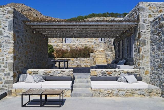 terraza con sofas de obra y zona para comer chicanddeco