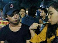 Foto Lagi Makan di Kedai Sate, Netizen jadi Gagal Fokus Karena Ada Penampakan Sosok Ini