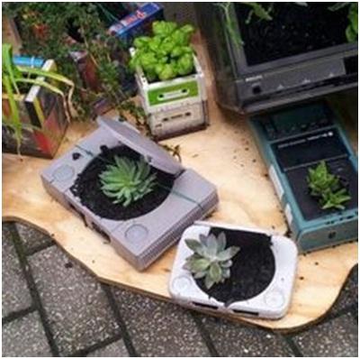 Pot tanaman terbuat dari berbagai jenis perabot elektronik