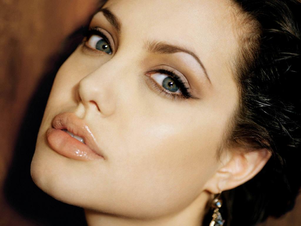 TROPELIAS: Angelina Jolie