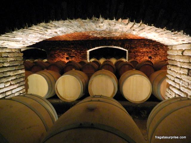 """Toneis de vinho guardados na """"bodega mal-assombrada"""" da Vinícola Concha y Toro"""