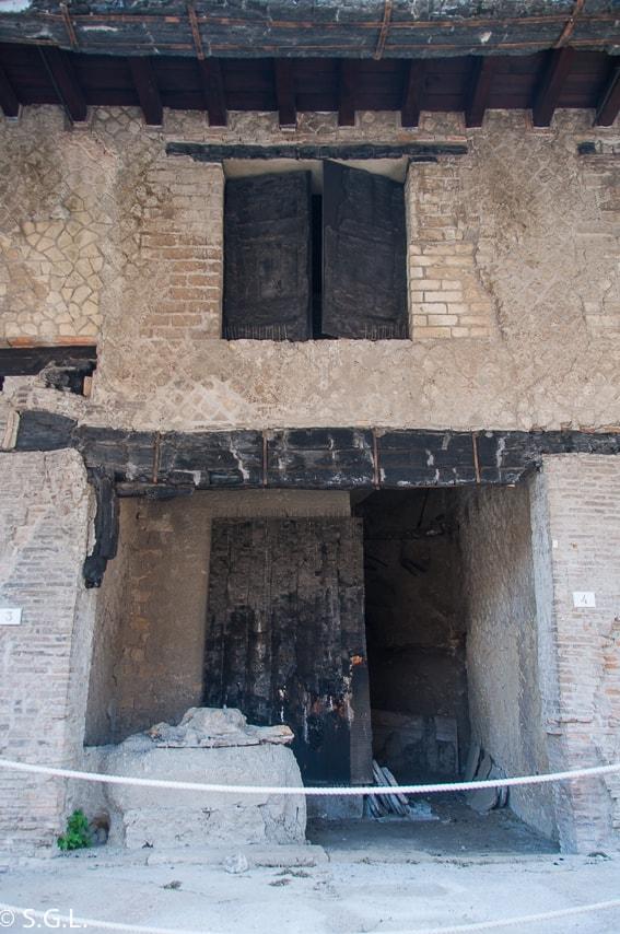 Entrada a casa de dos plantas en Herculano