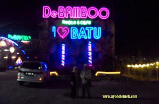 Suasana malam di De Bamboo Resto and Cafe, Batu