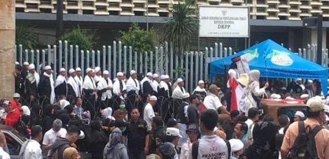 Polisi-pakai-sorban-dan-peci-saat-amankan-demo