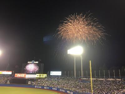 神宮球場の環境ステーションシートの一塁側から見た花火のクライマックス