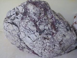 Batu alam dominasi warna putih