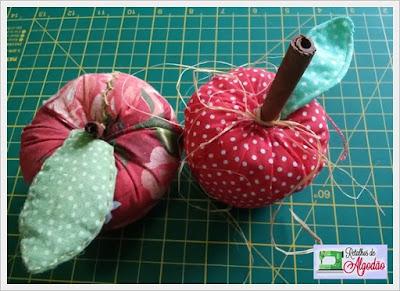 Maçã confeccionada em tecido usando a técnica de costura criativa