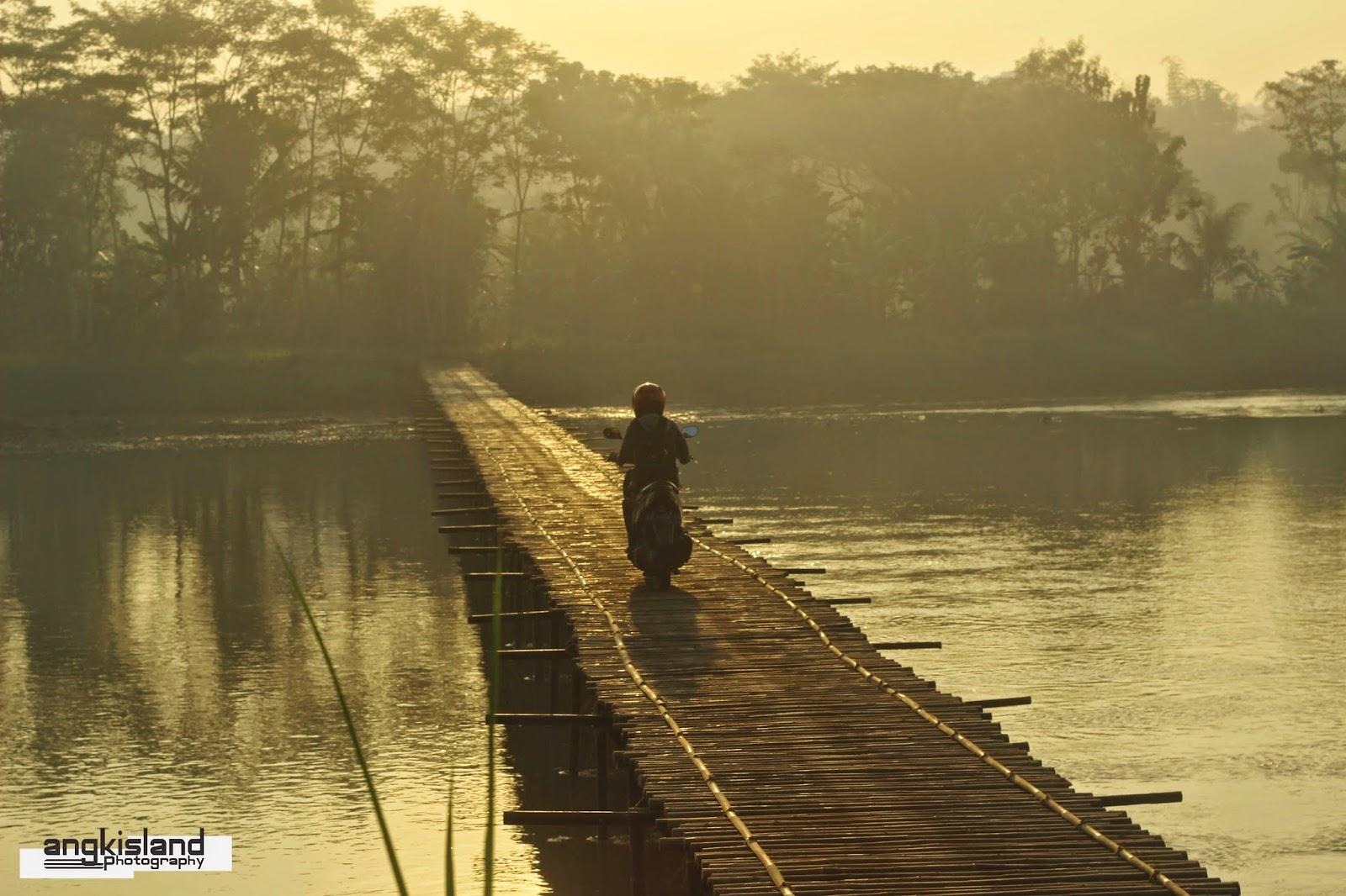 melintas jembatan bambu pagi hari