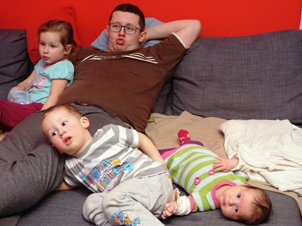 na kanapie, tata z dziećmi, rodzeństwo, maluszek, Zosia, Hania, Szymek