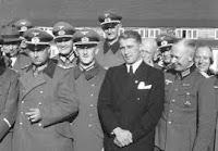 Von Braun rodeado de militares nazis