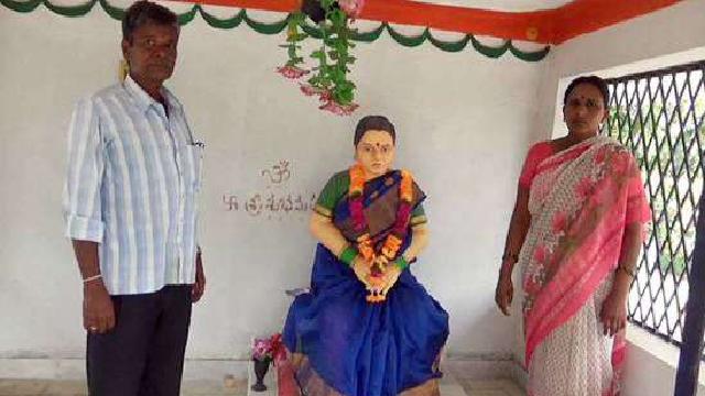 पत्नी की याद में बनवाया मंदिर, पति रोज चढ़ाता है फूल
