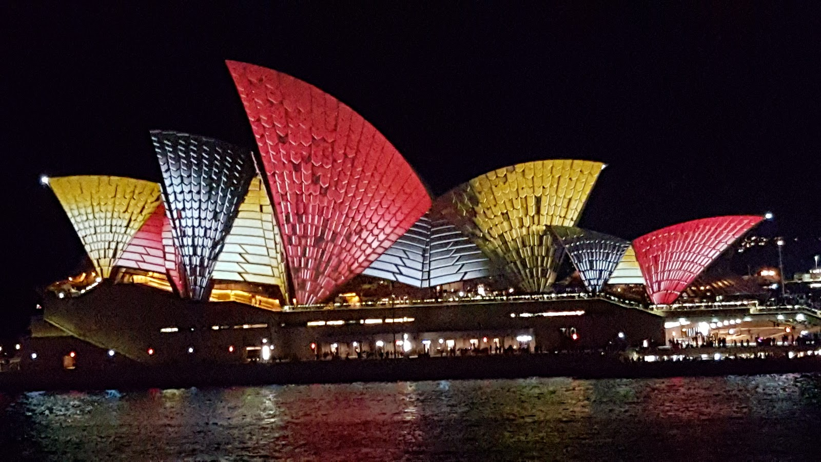 Sydney city and suburbs sydney opera house vivid for Sydney opera housse