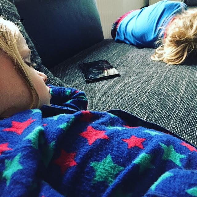 Kranke Hasen - der Zwuggel und der Wutz auf dem Sofa
