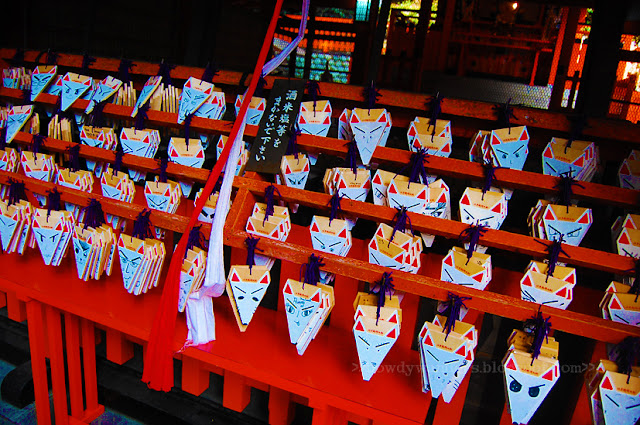 bowdywanders.com Singapore Travel Blog Philippines Photo :: Japan :: Behind the Shrine - The Inari Hug in Kyoto, Japan