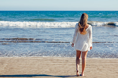 Chica en la playa sin celulitis