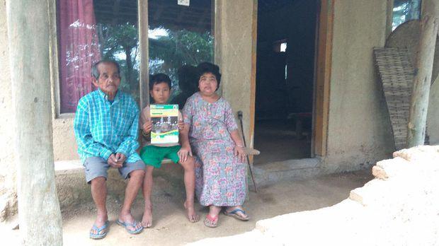 Sungguh Memilukan, Bocah Usia 10 Tahun Ini Harus Menghidupi Ibu dan Kakeknya Seorang Diri