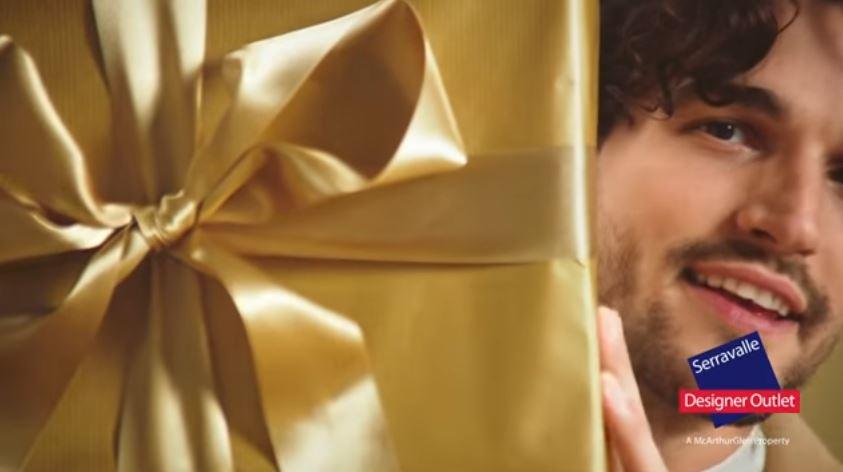 Modello e modella McArthurGlen Designer Outlet pubblicità Christmas 2016 con modella bionda con Foto - Testimonial Spot Pubblicitario McArthurGlen Designer Outlet 2016