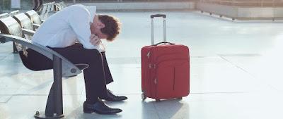 Passager à 'aéroport attendant vol avec valise