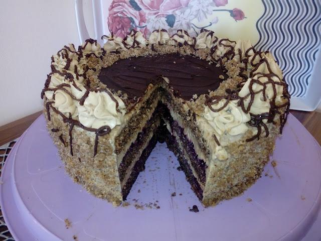 tort orzechowo kawowy tort orzechowy tort z orzechami wloskimi tort kawowy tort dla doroslych tort nasaczony kawa tort z czekolada tort malo slodki tort z kremem kawowym tort z kremem budyniowym