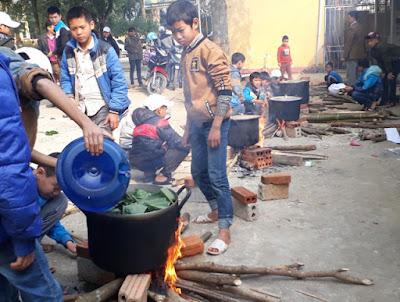 Toàn thể nhà trường THCS Thượng Ninh gói bánh trưng tặng trẻ em nghèo