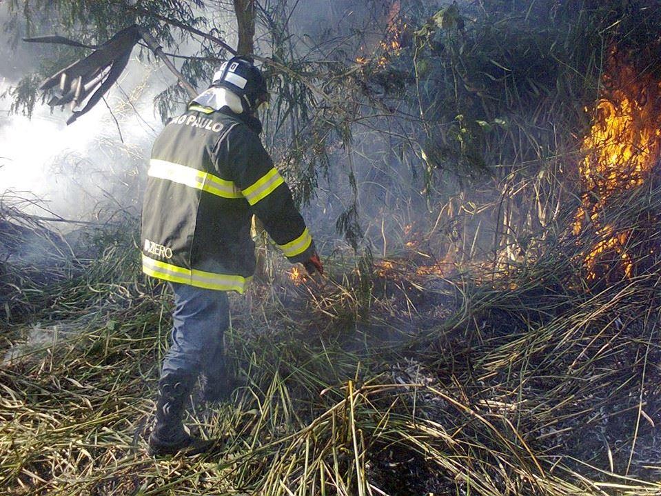 Integrante do CBFV-SP combate incêndio próximo à Galeria Narciza, no bairro Jaraguá, em setembro de 2017. Foto: acervo CBFV-SP
