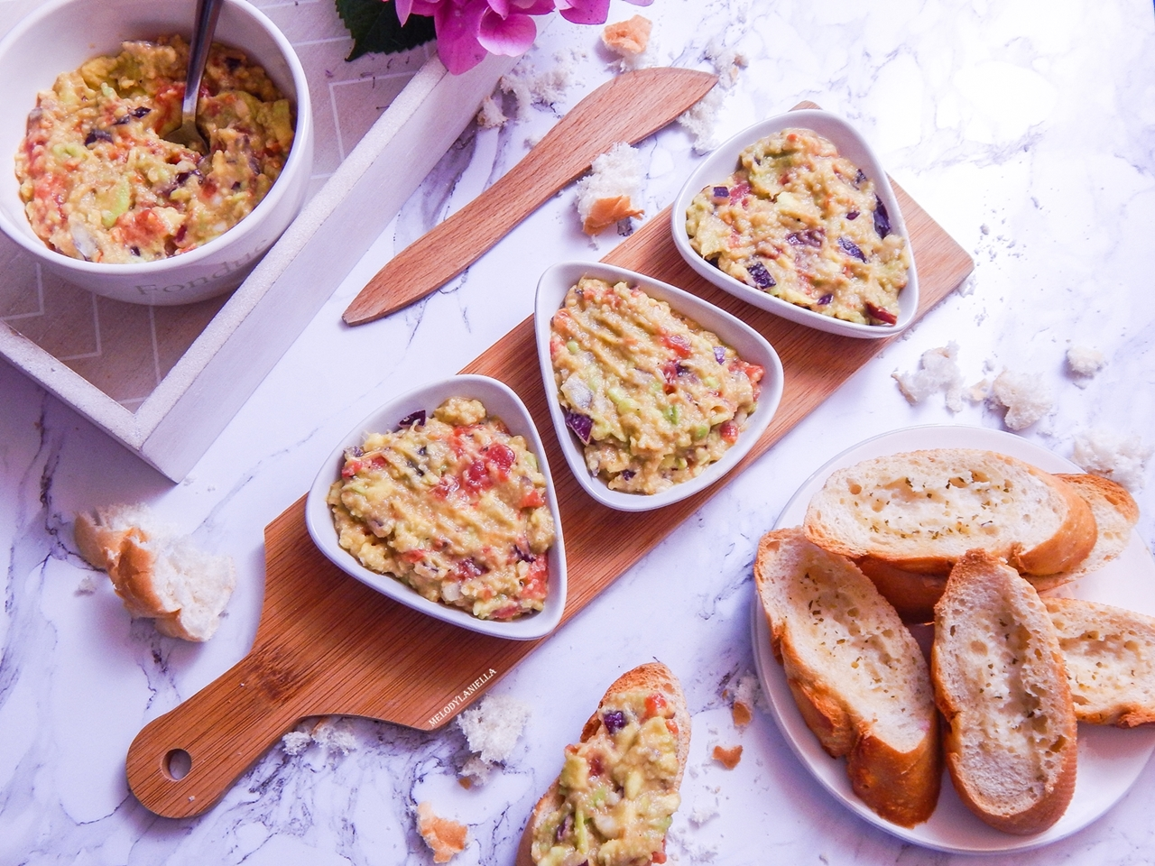 1 guacamole pasta z awokado pomidorami i czerwoną cebulą pasty nakapkowe przepis pomysły gotowanie pesto z awokado pomysły na kolację obiad zdrowe fit dobre tłuszcze pomysł na kanapki na drugie śniadanie-2