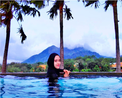 Warung Desa Trawas, Wisata Kolam Renang Dengan Background Pegunungan