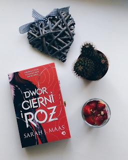 """,,Dwór cierni i róż"""" Sarah J. Maas"""