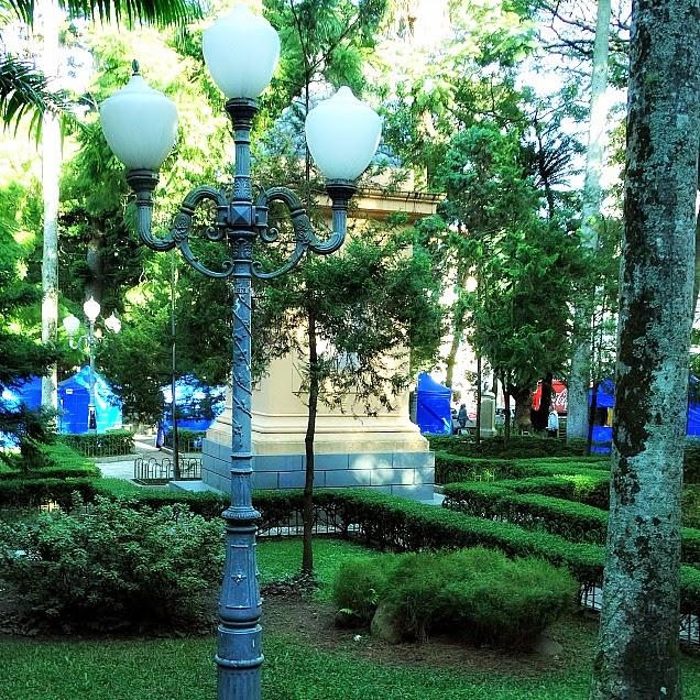 Praça XV de Novembro, em Florianópolis: Monumento aos Mortos na Guerra do Paraguai (ao fundo).