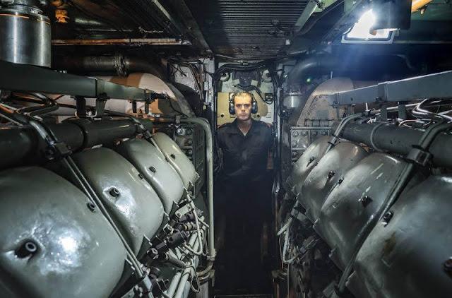 Un tripulante en la sala de máquinas. CARMEN SECANELLA