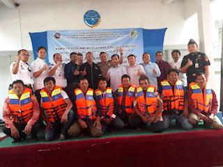 KSOP Marunda Serahkan Pas Kecil Dan Jaket Pelampung Pada Nelayan