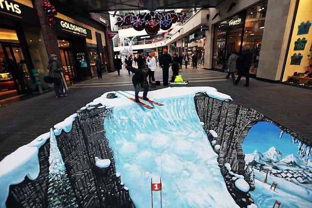 Yer altındaki karlı dağlara giden karlı bir kayak yolu gösteren kaldırım sanatı resmi
