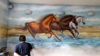 Malowanie obrazów na ścianie, konie w galopie, mural w salonie