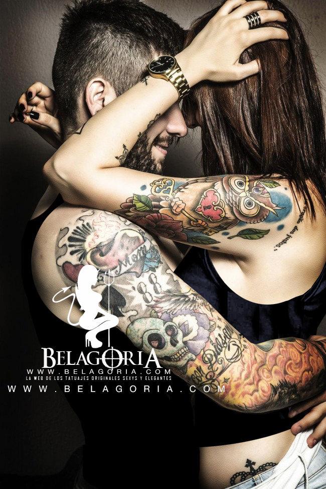 Vemos a un chico y una chica abrazados riendo, llevan tatuajes de pareja