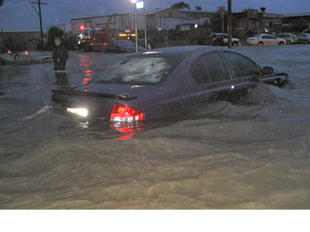 Tips Aman Mengendarai kendaraan ketika banjir Tips Aman Mengendarai kendaraan ketika banjir