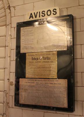 Carteles antiguos de avisos en el metro de Madrid