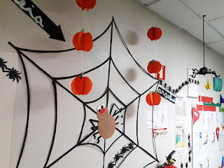Pormenor do jornal de parede do Alcoitão: teia com aranha de grandes dimensões