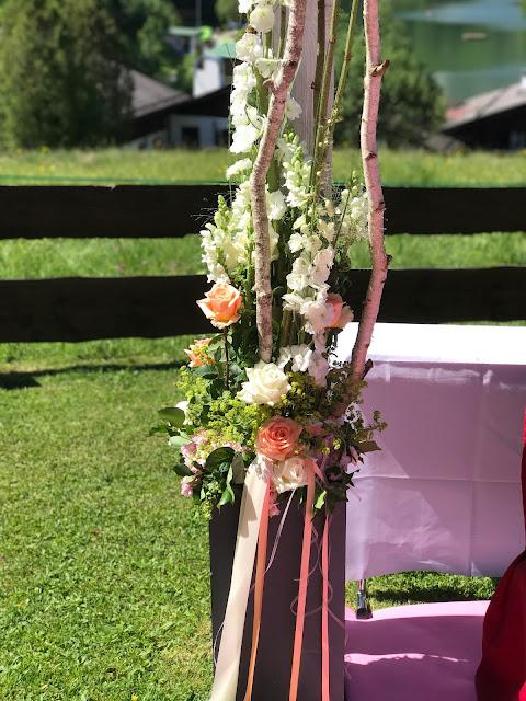 freie Trauung Blumendekoration, Berghochzeit am Riessersee in Garmisch-Partenkirchen, Bayern, Hochzeitshotel, Hochzeitsplanerin Uschi Glas, Apricot, Rosé, Marsalla, Pastelltöne