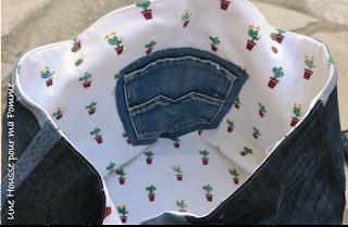 Sac Cube en jeans recyclés montés façon patchwork horizontalement ou verticalement suivant le coté du sac, surpiqures vertes , appliqué coton cactus en rappel sur un coté extérieur, intérieur coton cactus, Anses en cuir noir véritable rivetées mains, poche intérieur en jeans.  Dimensions : 30 x 30 x 32 cm.