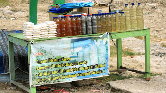 Air dan garam mineral dari Bledug Kuwu yang dijual kepada pengunjung.