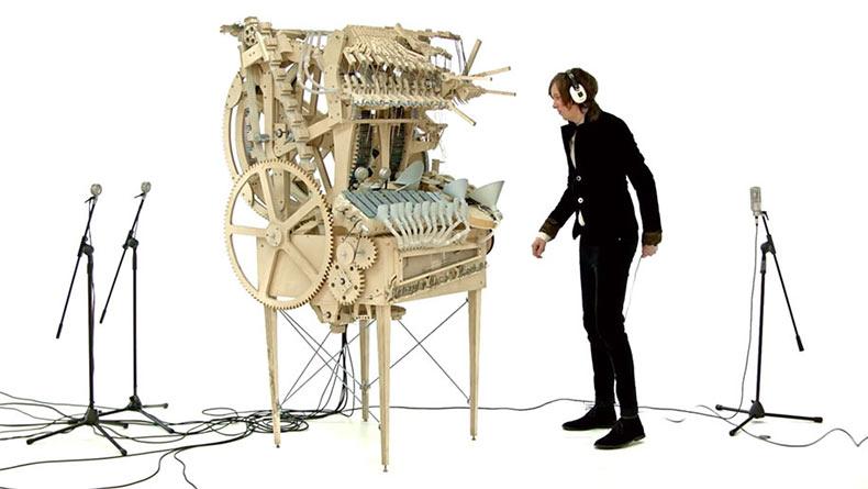 Increíblemente, y complicado, artefacto musical que sirve con 2000 canicas