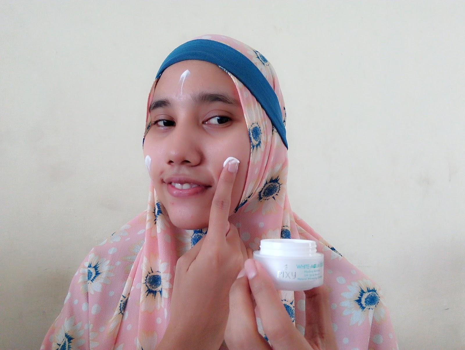 Selalu gunakan pelembab setiap hari karena kulit kita butuh nutrisi Aku menggunakan Pixy Aqua Gel Day Cream pelembap antioksidan yang mengandung SPF 30