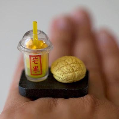 anillo con un té helado y un pan.