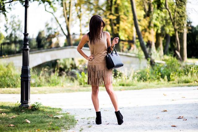 Karmelowa sukienka z frędzlami  - Czytaj więcej