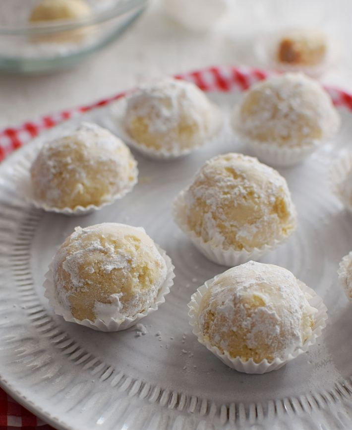 Galletas polvorosas de coco presentadas en capacillos sobre un plato