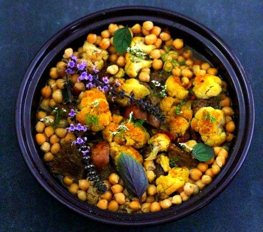 Lammtajine mit Blumenkohl, Kichererbsen, Goji-Beeren und Lumi Basra