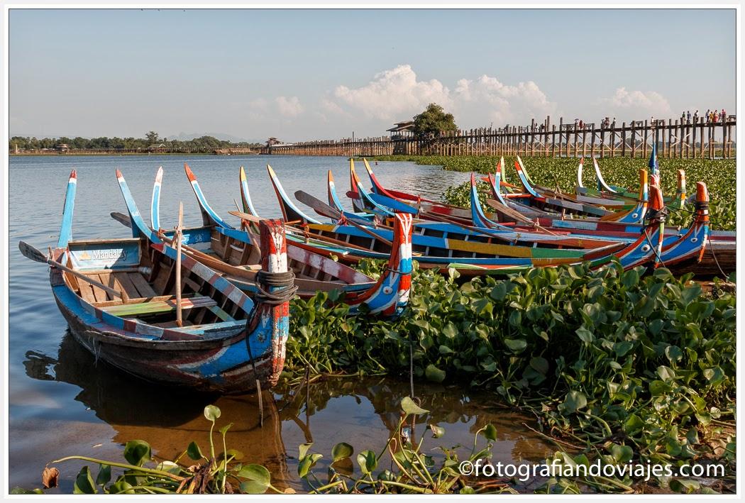 barcas en el puente U Bein en Amarapura, Myanmar